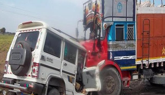 फैजाबाद रोड पर ट्रक व बोलेरो की टक्कर, 4 की मौके पर मौत