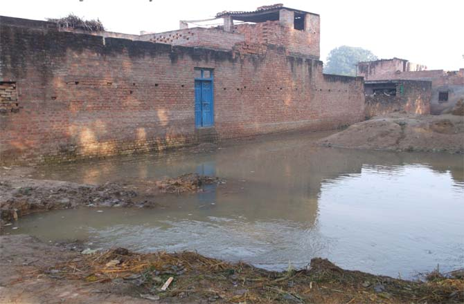 गांव के लोग तबाह नहर विभाग के अधिकारी चाय नाश्ते में मशगूल