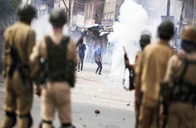 उग्र भीड़ पर पुलिस ने चलायी गोलियां : 2 ग्रामीणों की मौत