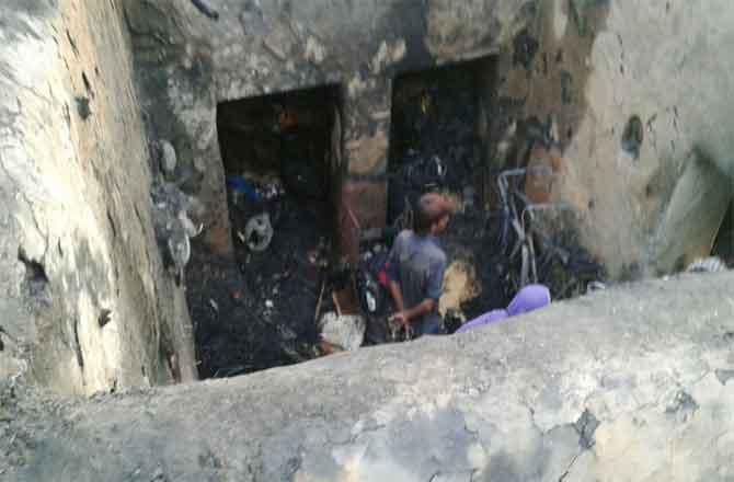 आग की लपटों से जले घर ,नहीं बच सके बेजुबान पशु