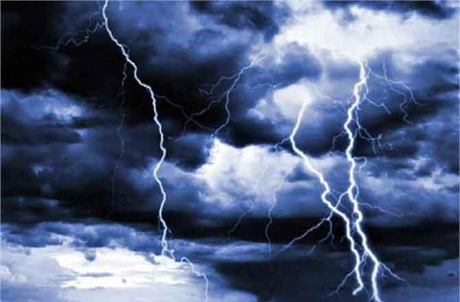 बिजली गिरने से छह लोग झुलसे, सभी अस्पताल में भर्ती
