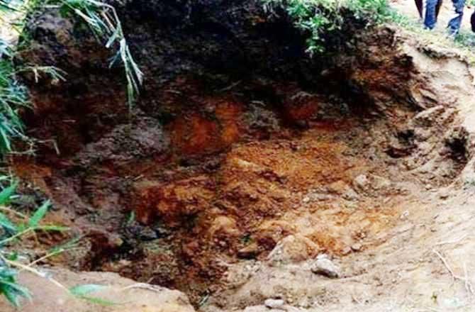 मिट्टी के मलबे में दबकर तीन बच्चों की मौत पूरे गांव में कोहराम