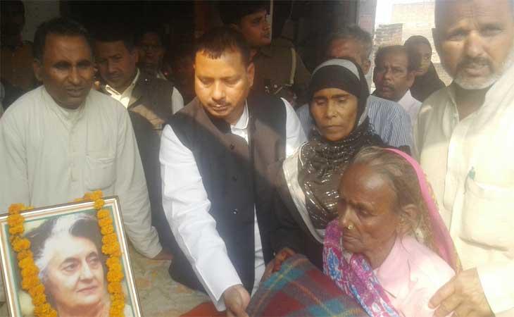 कांग्रेसी नेताओं  ने बाँटें गरीबों को कम्बल