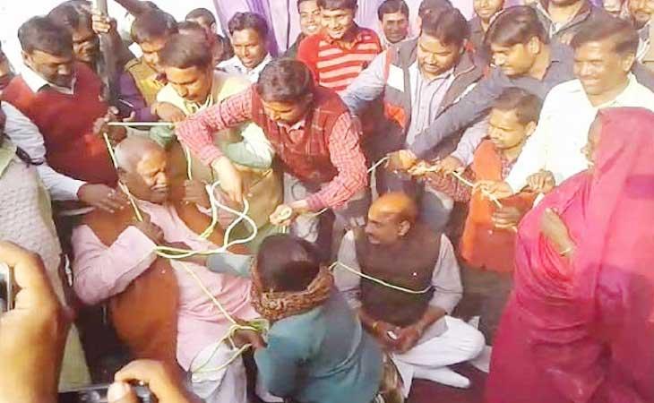 आक्रोशित भाजपा कार्यकर्ताओं ने पार्टी नेताओं को बनाया बंधक