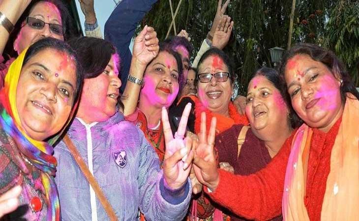 70 में से 57 सीट पाकर उत्तराखंड में भाजपा समर्थको ने मनाई होली