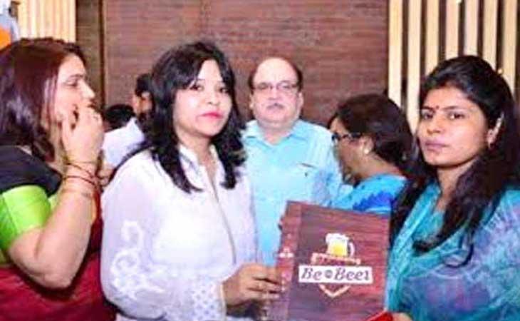 योगी की मंत्री द्वारा  बियर बार का इनॉगरेशन, आईपीएस दम्पति भी रहे मौजूद वीडिओ वायरल होते ही हंगामा