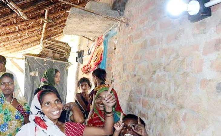 जी हाँ ये राजधानी लखनऊ का गांव  है ,आजादी के बाद पहली बार बिजली आई