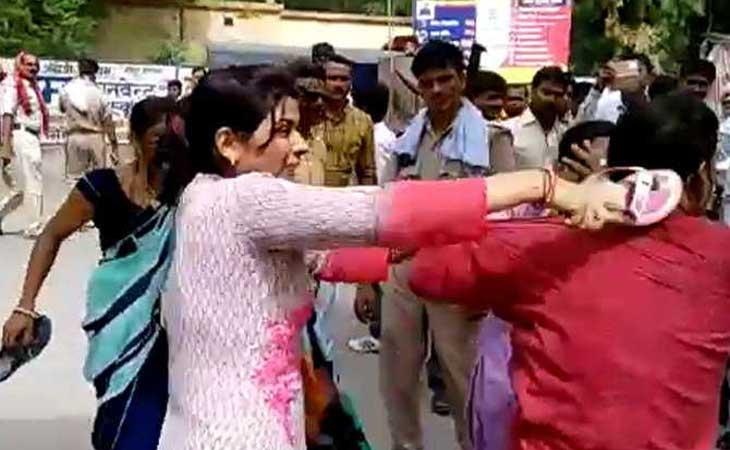 एसपी ऑफिस के सामने महिलाओं ने की युवक की चप्पलों से जमकर धुनाई पुलिस देखती रही तमासा