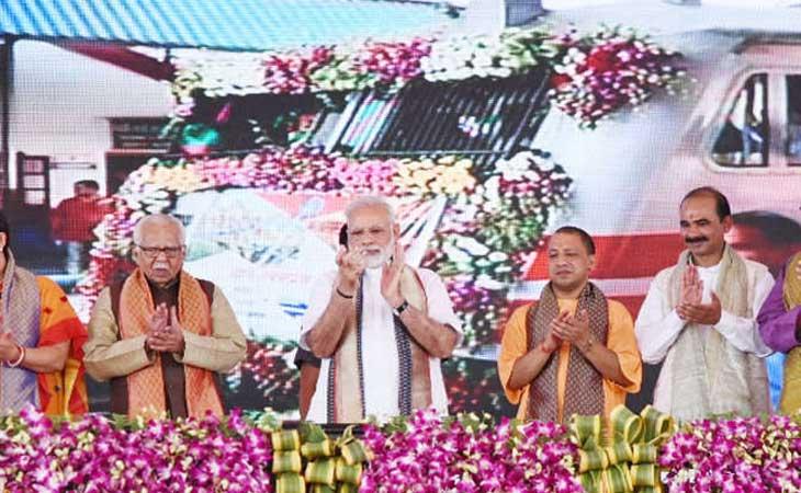 मोदी ने महामना एक्सप्रेस को दिखाई हरी झंडी