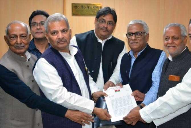 जाति विशेष को किया गया वोट डालने से वंचित, सपा नेताओं ने सौंपा ज्ञापन