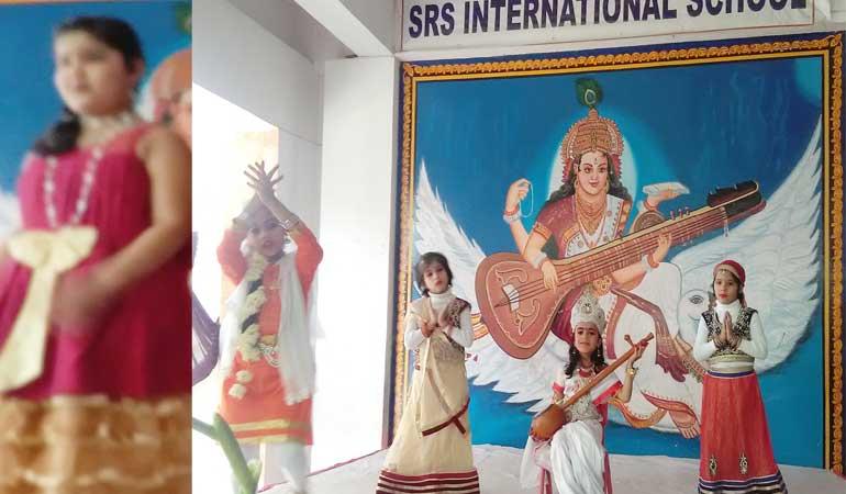 एस आर एस स्कूल के वार्षिकोत्सव में नन्हें मुन्नों ने मनमोहक प्रस्तुति दे लोगों को मंत्रमुग्ध किया