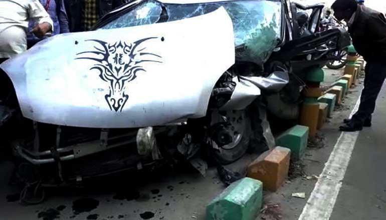 डिवाइडर में टकराई बेकाबू कार, 4 घायल-एक की हुई मौत