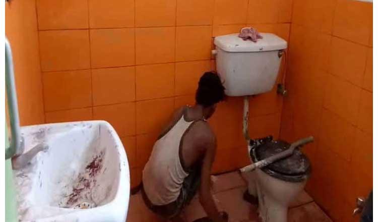 मुख्यमंत्री योगी के दौरे में अधिकारियों की चापलूसी की हद, टॉयलेट भी रंगवा दिया भगवा कलर से