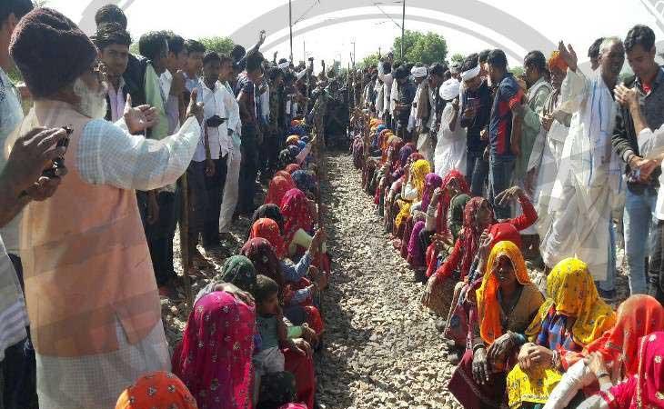 गुर्जर आंदोलन तेज, ट्रैक पर कब्जा कई ट्रेनें रद्द और कुछ का मार्ग बदला, हिंडौन-करौली मार्ग पर बसों का संचालन बंद