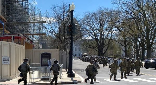 US कैपिटल की गलियों और सड़कों पर नेशनल गार्ड के जवानों की टुकड़ी मार्च कर रही है।