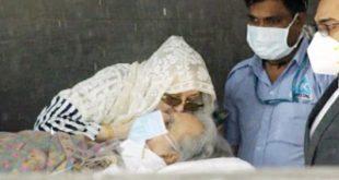तबीयत पूरी तरह ठीक न होने की वजह से हिंदुजा हॉस्पिटल से बाहर दिलीप साहब को स्ट्रेचर पर ही लाया गया। - Dainik Bhaskar
